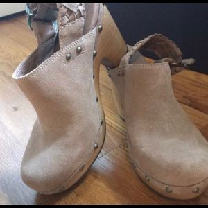 Ugg clogs size 7 like new blush pink/nude color